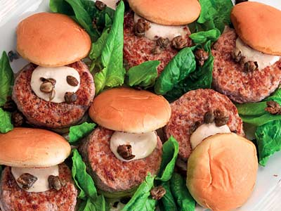 Mini-burger con salsa tonnata e capperi fritti