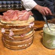panettone gastronomico con salsa rucola e grana, funghi porcini sottolio, prosciutto crudo